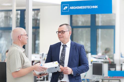 v.l.n.r.: Gerald Grund, Service Techniker von AVL DiTEST Deutschland und Ralf Kerssenfischer, Geschäftsführer von AVL DiTEST Deutschland.